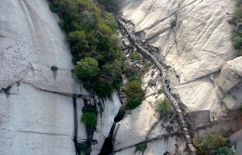 Forget The Hiking Tours - 25 Breathtaking Pictures From The World's Most Deadly Hiking Trail-9