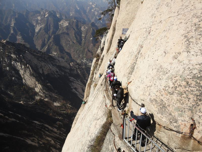Forget The Hiking Tours - 25 Breathtaking Pictures From The World's Most Deadly Hiking Trail-11