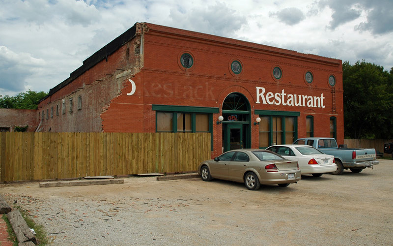 There's Only One Restaurant In This Texas Town And It's Haunted By The Devil Herself
